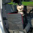 Сумка-подстилка в автомобиль на сиденья с боковыми стенками 45х38х38 см Trixie 1322 - вид с питомцем в машине
